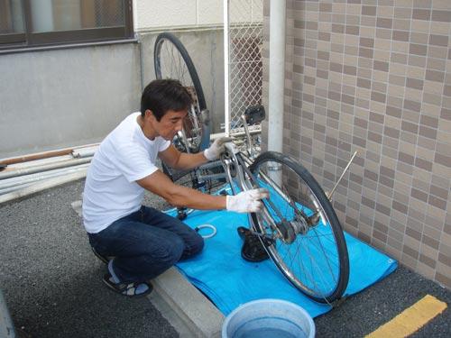 自転車パンク修理中(お客様宅で)