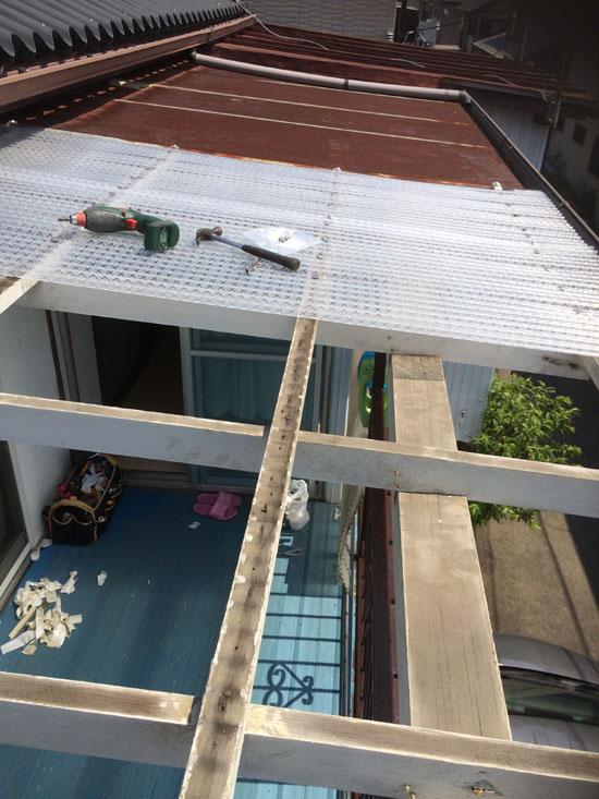 波型屋根の修理作業